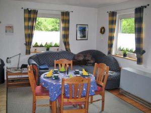 Landhaus Heidi - Ferienwohnung 2 - Essplatz und Sofa
